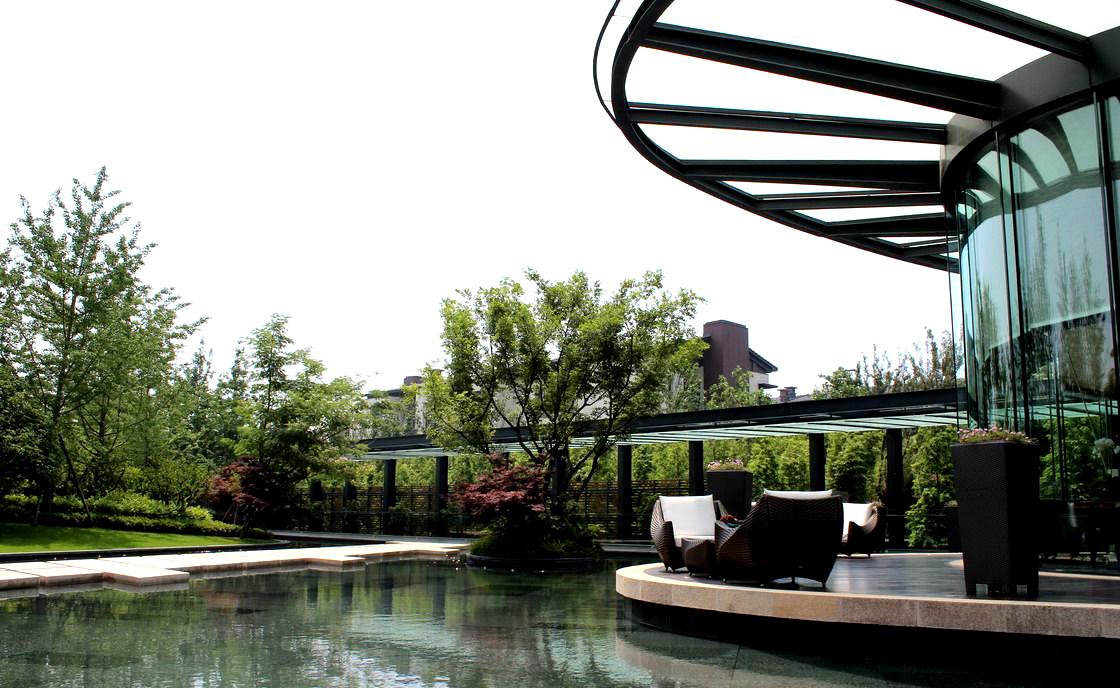 雅致的社交空间,环境设计配有露天泳池,水上咖啡厅,红酒吧,桌球室等